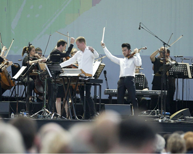 Max Richter and Aurora Orchestra feat. Ray Chen
